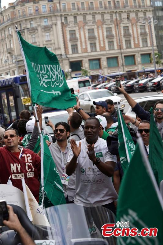 Supporters of Saudi Arabia national football team cheer during a gathering near Red Square on the eve of the 2018 FIFA World Cup in Moscow, Russia, June 13, 2018. (Photo: China News Service/Mao Jianjun)