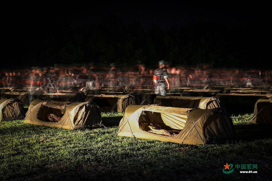 Soldiers pitch their tents at the operation area during the week-long rigorous training starting from June 11, 2018. (Photo/81.cn)