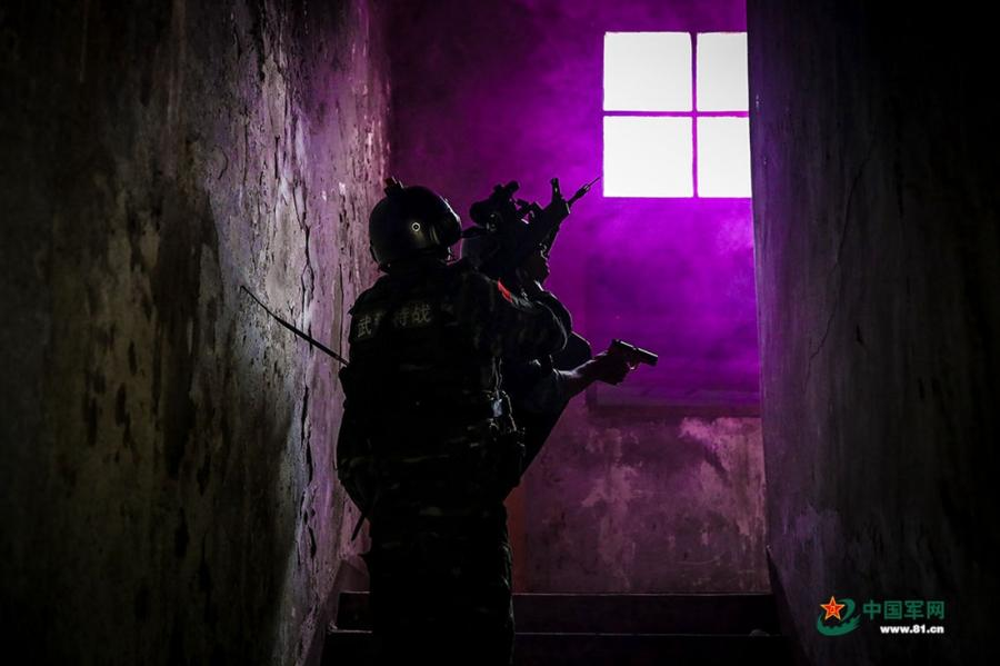 Soldiers aim their guns as they pass through the corridor at the operation area during the week-long rigorous training starting from June 11, 2018. (Photo/81.cn)