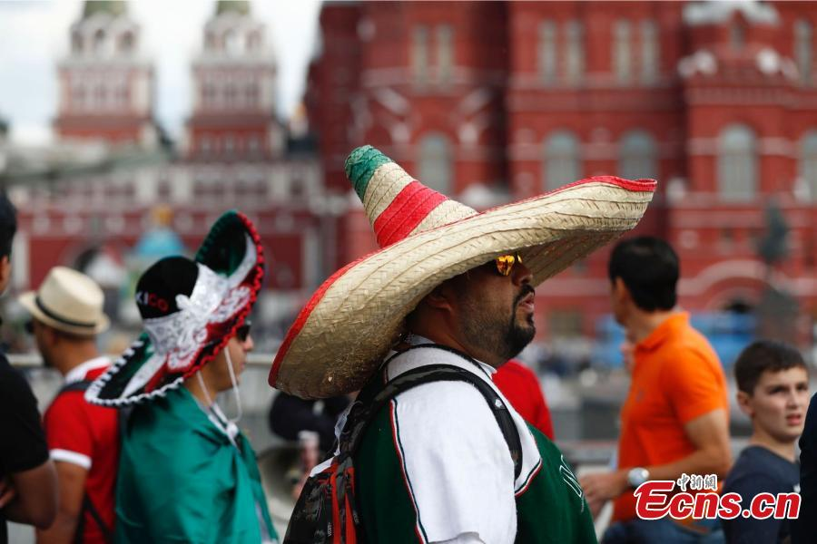 Supporters of Mexican national football team cheer during a gathering near Red Square on the eve of the 2018 FIFA World Cup in Moscow, Russia, June 13, 2018. (China News Service/Fu Tian)