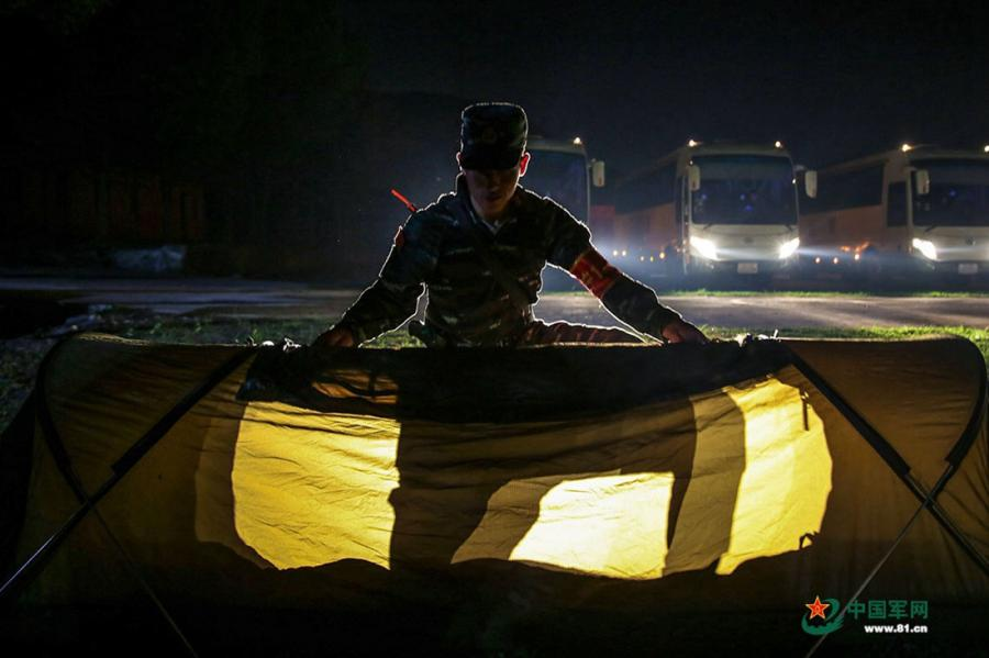 A soldier pitches his tent at the operation area during the week-long rigorous training starting from June 11, 2018. (Photo/81.cn)
