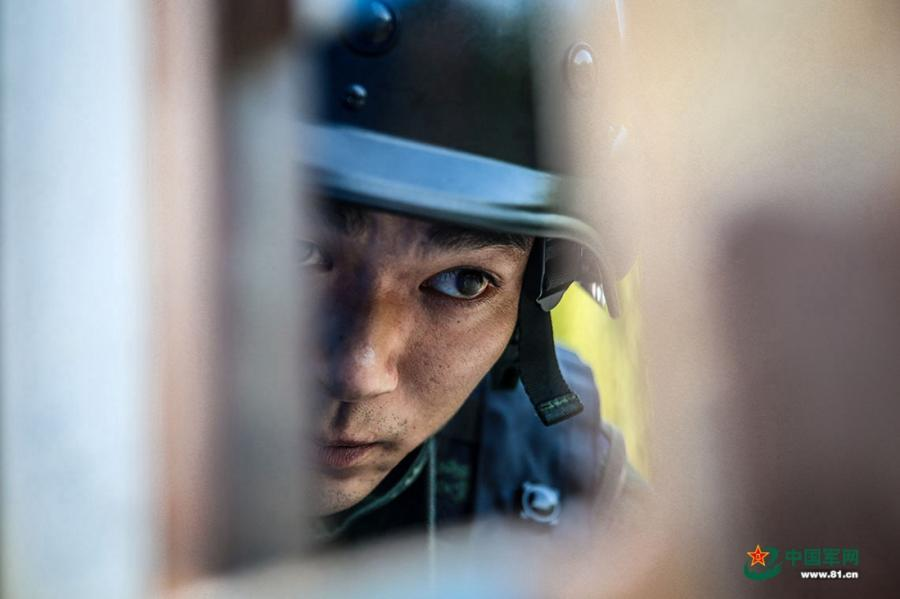 A soldier looks straight ahead during the week-long rigorous training starting from June 11, 2018. (Photo/81.cn) Soldiers from the Ningbo, Shaoxing, Zhoushan and Taizhou divisions of the Armed Police Force in East China's Zhejiang Province took part in a week-long rigorous training program starting from June 11, 2018. The training included long marches, simulated battles, mountain climbing and a manhunt on the water.