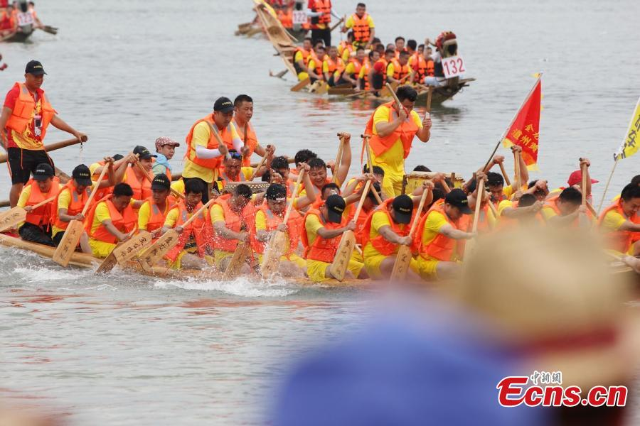 Dragon boats race on the Xiaoshui River, Daoxian County, Central China's Hunan Province, June 14, 2018. More than 3,000 people and 116 boats from the county participated in the race ahead of the Dragon Boat Festival on June 18. Daoxian has a long history of dragon boats and the local race was recognized as an intangible cultural heritage of Hunan in 2006. (Photo: China News Service/Pan Lin)