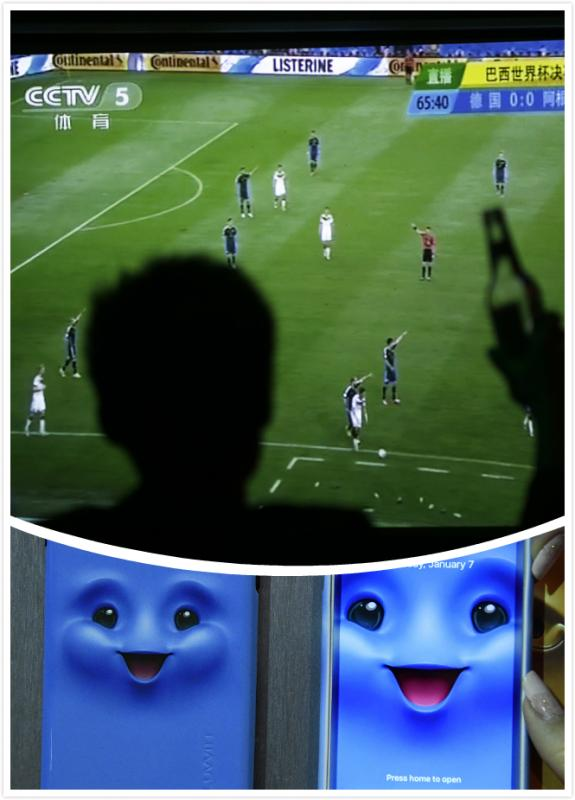 TV and smartphone  A screen that can transmit the match is a necessity, and watching the match on a big screen TV is the best way for fans. A smartphone provides a way for fans to talk about the match with friends via chatting apps.(Photo/chinadaily.com.cn)