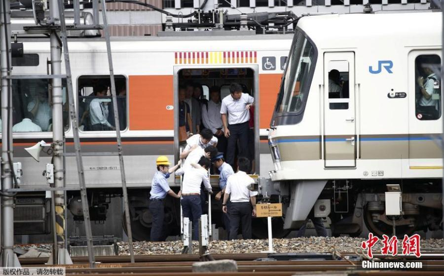 Passengers get off a train which its operation is suspended in Osaka, Osaka prefecture, western Japan June 18, 2018. (Photo/China News Service)