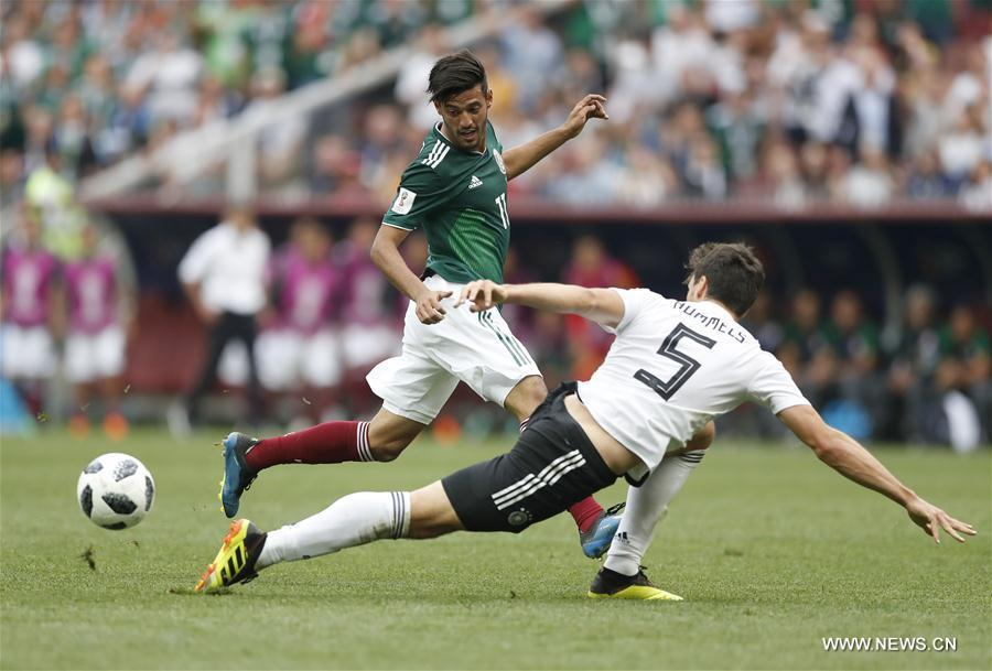 Carlos Vela (L) of Mexico vies with Mats Hummels of Germany during a group F match between Germany and Mexico at the 2018 FIFA World Cup in Moscow, Russia, June 17, 2018. (Xinhua/Cao Can)