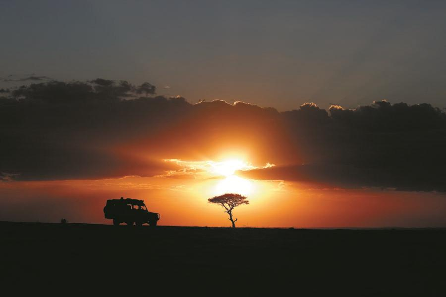A tourist car stops for a sunset view in the Masai Mara National Reserve at the end of a day\'s game drive. More than 53,000 Chinese tourists visited Kenya in 2017. (PHOTO BY XIE SONGXIN/CHINA DAILY)