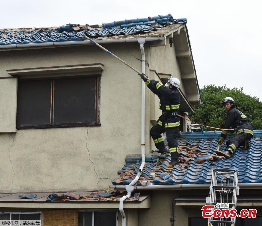 Firefighters check a house damaged by an earthquake in Ibaraki City, north of Osaka prefecture on June 18, 2018. A magnitude 6.1 earthquake shook Osaka, Japan's second-biggest metropolis, early on Monday, killing three people, halting factory lines in an industrial area and bursting water mains, government and company officials said. (Photo/Agencies)