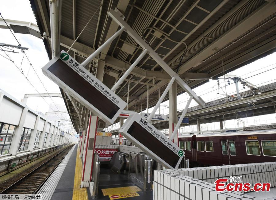 Train guide electric boards tilt following an earthquake at Ibaraki-shi Station in Ibaraki City, north of Osaka prefecture on June 18, 2018. A magnitude 6.1 earthquake shook Osaka, Japan's second-biggest metropolis, early on Monday, killing three people, halting factory lines in an industrial area and bursting water mains, government and company officials said. (Photo/Agencies)