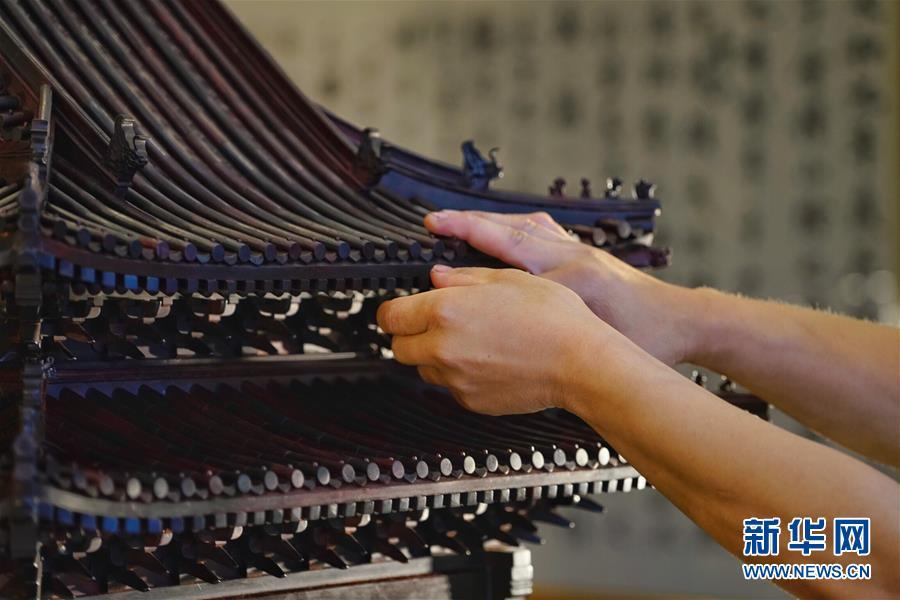 The photo taken on Monday, June 18, 2018 shows a miniature rosewood model of the turret of the Place Museum, more commonly known as the Forbidden City. The model was handcrafted by a Hebei-based team led by folk craftsmen Li Changjiu. (Photo/Xinhua)