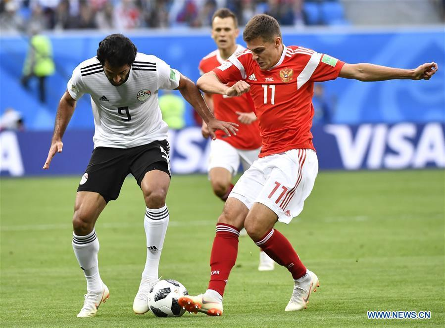 Marwan Mohsen (L) of Egypt vies with Roman Zobnin of Russia during a Group A match between Russia and Egypt at the 2018 FIFA World Cup in Saint Petersburg, Russia, June 19, 2018. (Xinhua/Chen Yichen)