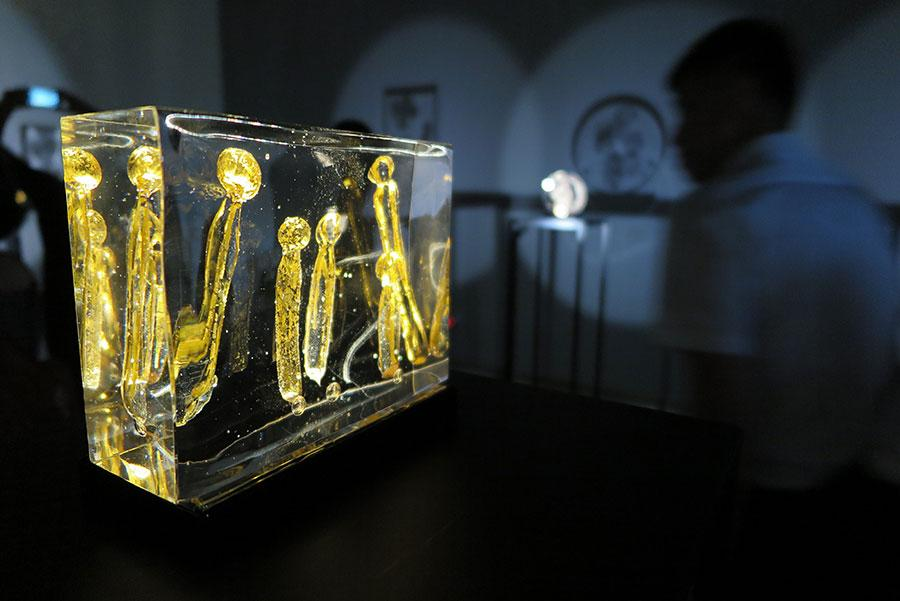 Exhibition Invisible Dialogshows artist Zhu Liyue\'s explorations to bring out the illusive beauty of glass and a magic play of light and shadow. (Photo provided to China Daily)