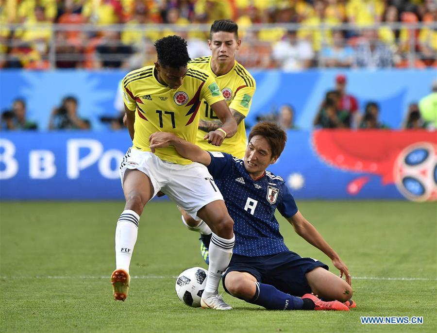 Johan Mojica (L) of Colombia vies with Genki Haraguchi (R) of Japan during a Group H match between Colombia and Japan at the 2018 FIFA World Cup in Saransk, Russia, June 19, 2018. Japan won 2-1. (Xinhua/He Canling)