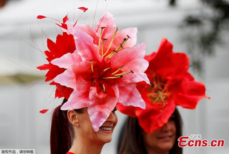 A racegoer is seen at Royal Ascot, Britain, June 19, 2018. Racegoers adorned their statement hats with feathers and flowers in one of Britain\'s most well-known racecourses. (Photo/Agencies)