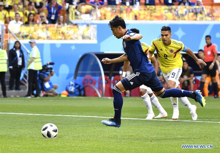 Shinji Kagawa (front) of Japan scores a penalty kick during a Group H match between Colombia and Japan at the 2018 FIFA World Cup in Saransk, Russia, June 19, 2018. (Xinhua/He Canling)
