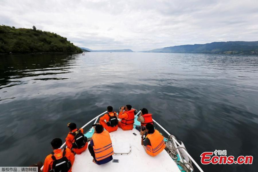 Search and rescue personnel look for missing passengers from Monday\'s ferry accident at Lake Toba in Simalungun, North Sumatra, Indonesia June 20, 2018. The death toll from an Indonesian ferry disaster could top 180, as authorities raised an estimate of the number of people missing two days after the wooden tourist boat sank in Lake Toba on the island of Sumatra. (Photo/Agencies)