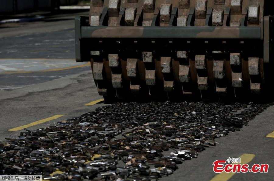 Guns seized from criminals by armed forces are destroyed in Rio de Janeiro, Brazil, June 20, 2018. The Brazilian army invited the media Wednesday to observe the destruction of 8,549 firearms seized from criminals, handed in voluntarily, or retired from police arsenals. (Photo/Agencies)