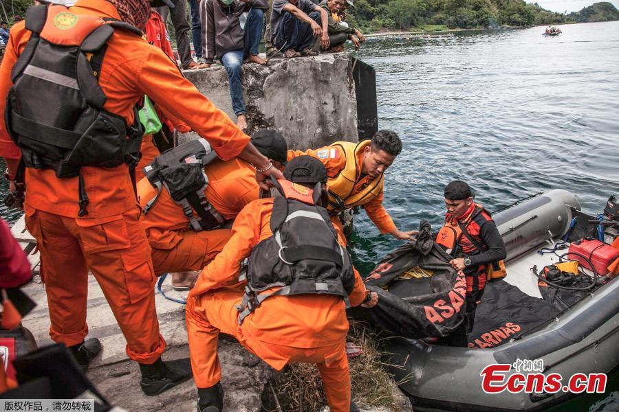 Rescue team members prepare to search for missing passengers at the Lake Toba ferry port in the province of North Sumatra on June 20, 2018, after a boat capsized on June 18. The death toll from an Indonesian ferry disaster could top 180, as authorities raised an estimate of the number of people missing two days after the wooden tourist boat sank in Lake Toba on the island of Sumatra. (Photo/Agencies)