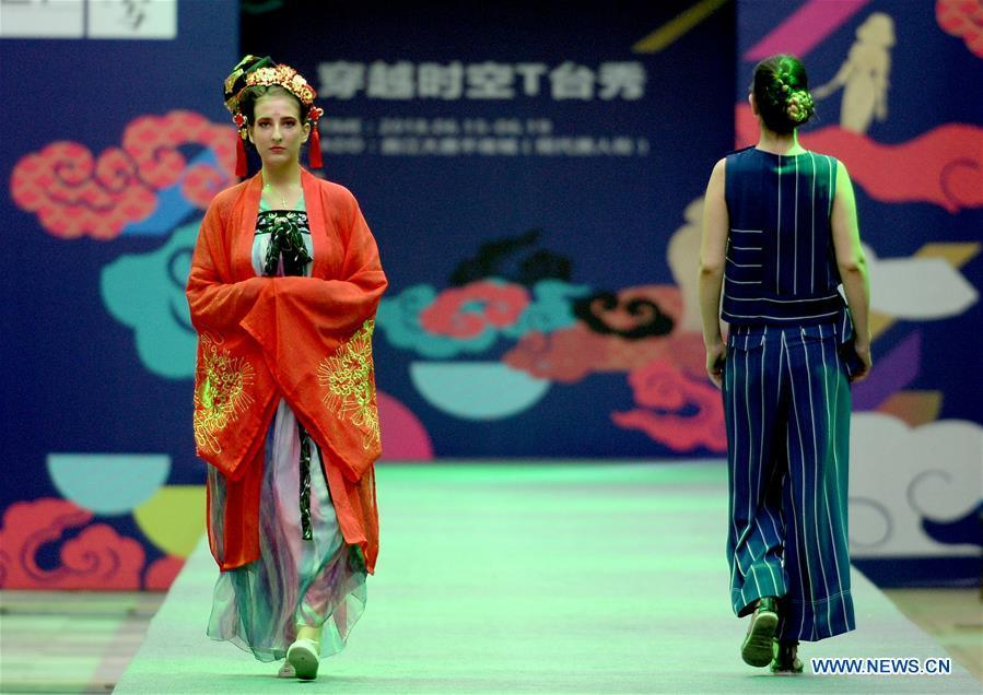 Models present creations during a fashion show in Xi\'an, capital of northwest China\'s Shaanxi Province, June 19, 2018. Both modern creations and traditional costumes of the Tang Dynasty (618-907) were presented in the show. (Xinhua/Liu Xiao)