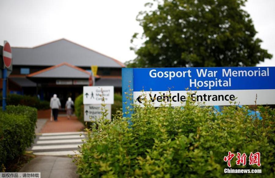 "A man and a woman enter Gosport War Memorial Hospital in Gosport, Britain, June 20, 2018. More than 450 patients died prematurely in a British hospital after they were given powerful painkillers with no medical justification, in what a damning report on Wednesday found was a ""disregard for human life"". (Photo/Agencies)"