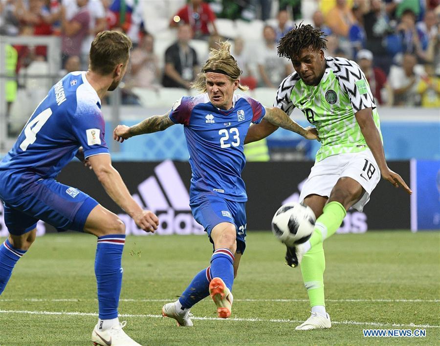 Alex Iwobi (R) of Nigeria vies with Ari Skulason of Iceland during the 2018 FIFA World Cup Group D match between Nigeria and Iceland in Volgograd, Russia, June 22, 2018. Nigeria won 2-0. (Xinhua/Lui Siu Wai)