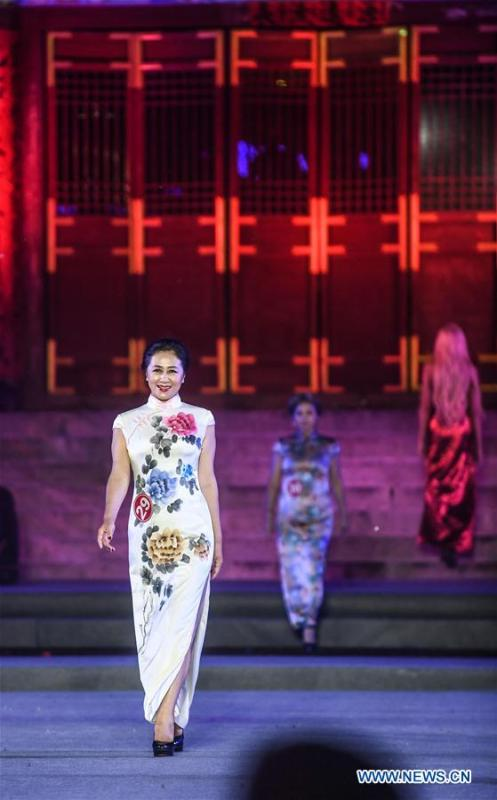 Models show cheongsam, traditional Chinese women\'s dress also known as Qipao, during the 1st international qipao model competition in Xinbin Manchu Autonomous County in Fushun City, northeast China\'s Liaoning Province, June 23, 2018. (Xinhua/Pan Yulong)