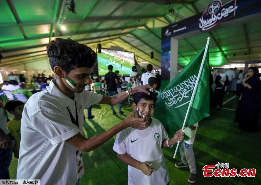 A fan has his face painted before the World Cup match between Saudi Arabia and Russia, in Jeddah, Saudi Arabia, June 14, 2018. (Photo/Agencies)