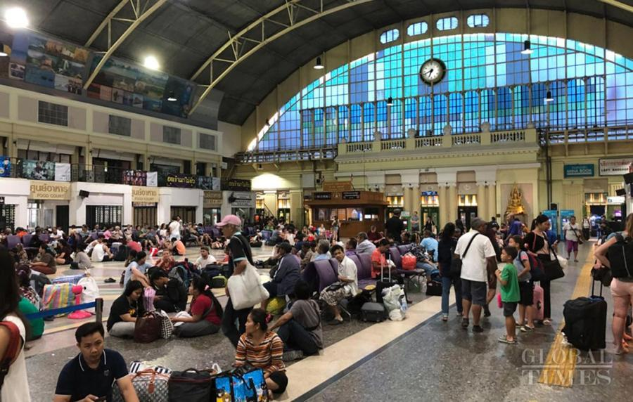 Passengers wait in Bangkok railway station. A new railway station is now under construction in the city. (Photo: Chu Daye/GT)
