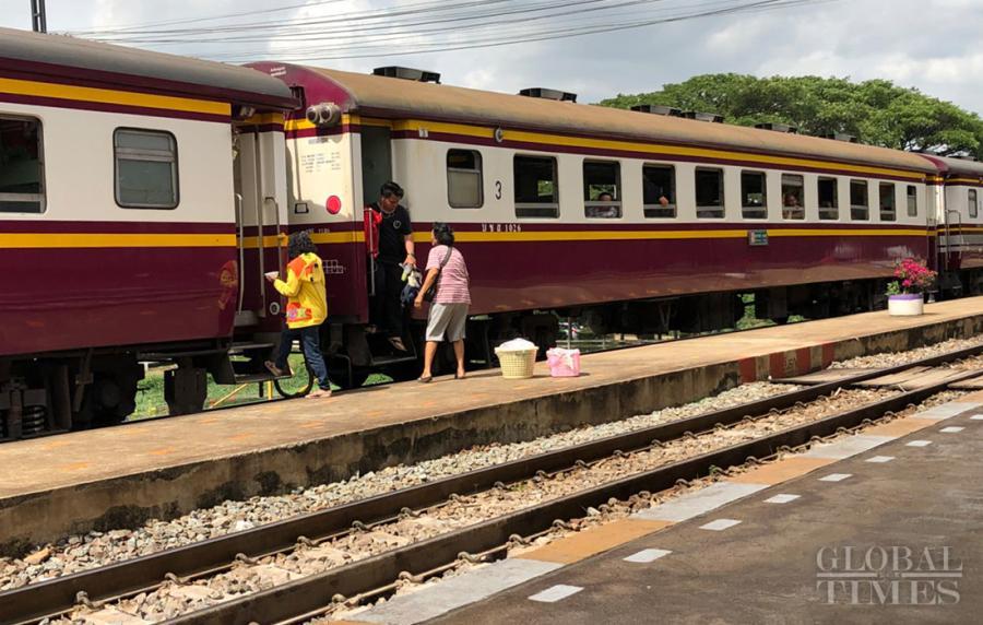Passengers board a train at Muak Lek station. (Photo: Chu Daye/GT)