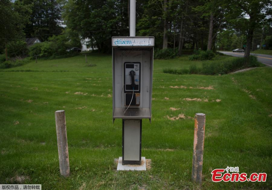 A pay phone is seen near the side of the road in Green Bank, West Virginia on May 28, 2018. Green Bank is part of the US Radio Quiet Zone, where wireless telecommunications signals are banned to prevent transmissions interfering with a number of radio telescopes in the area. The largest steerable telescope in the world, the Green Bank Telescope, enables scientists to listen to low-level signals from different places in the universe. (Photo/Agencies)