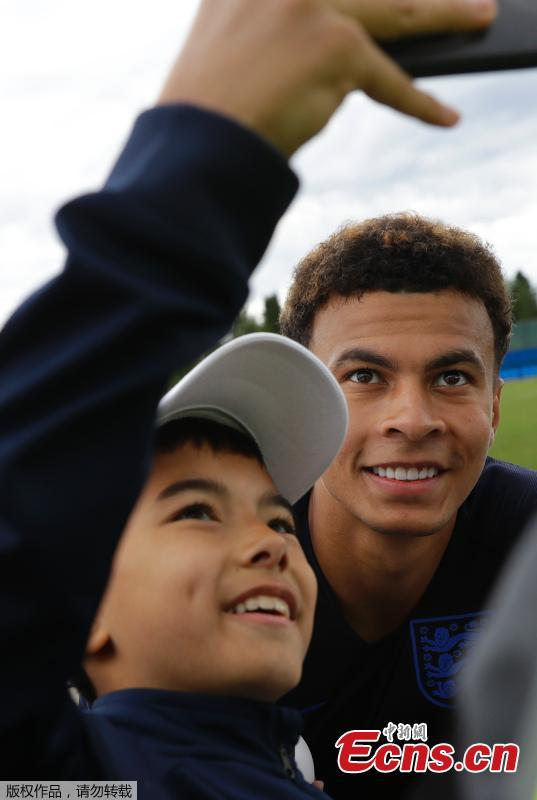 A fan poses for a photo with England\'s Dele Alli during training in Saint Petersburg, Russia. (Photo/Agencies)