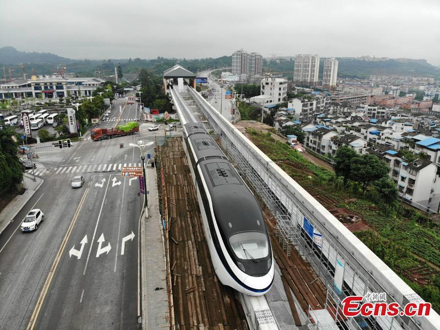 An elevated railway track is under test in Guang\'an City, Southwest China's Sichuan Province. The 8.49-kilometer-long line can transport up to 30,000 people per hour at a maximum speed of 80 kilometers an hour. The system is an effective way to address traffic jams in small and medium-sized cities. The elevated railway track is easier and quicker to build, at a cost of one fourth of building a subway line. (Photo: China News Service/Zhang Lang)
