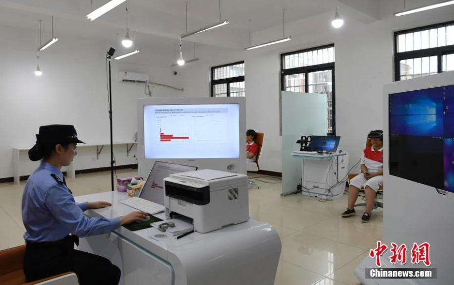 A drug abuser receives artificial reality-aided treatment at the Women\'s Drug Rehabilitation Center of Sichuan Province on June 26, 2018. The center has combined AR technology with cognitive behavioral therapy to help drug abusers abstain from drug use. (Photo: China News Service/An Yuan)