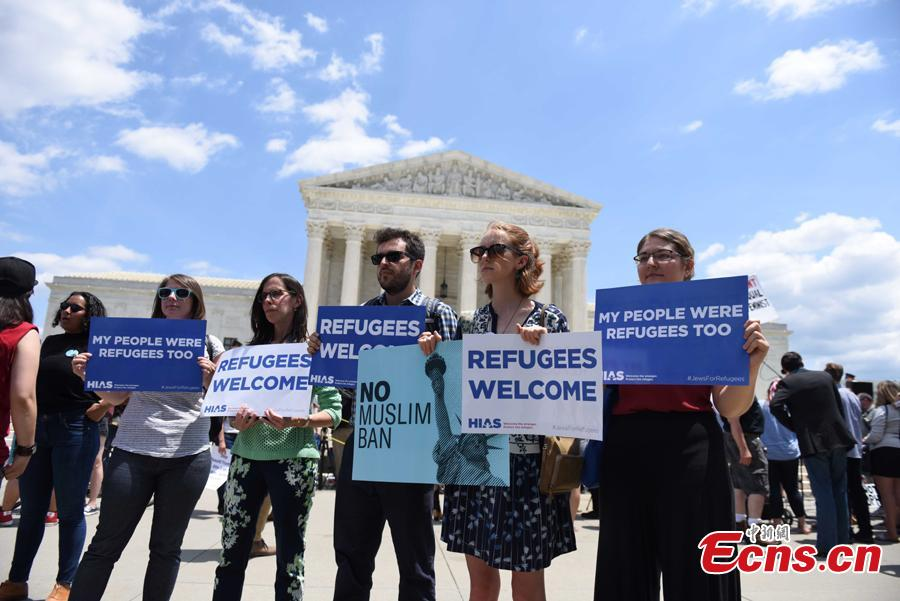 People protest against the Supreme Court ruling upholding the U.S. President Donald Trump\'s travel ban on several Muslim-majority nations outside the Supreme Court in Washington, June 26, 2018. (Photo: China News Service/Deng Min)