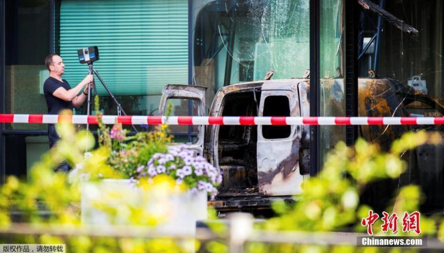 A van is seen burned out after crashing into the glass facade of the head office of Dutch newspaper De Telegraaf in what police said was a deliberate action in Amsterdam, Netherlands, June 26, 2018. Authorities said they would give newspapers and other media companies in Amsterdam extra protection in the wake of the attack. (Photo/Agencies)