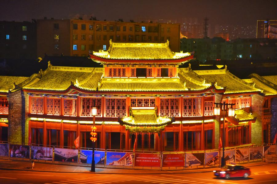 A magnificent night view of Datong city walls, with towers and gates lit to decorate the city. (Photo/chinadaily.com.cn)