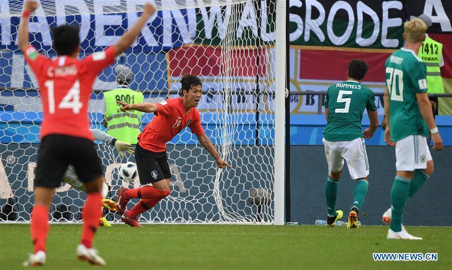 Kim Younggwon (2nd L) of South Korea celebrates his scoring during the 2018 FIFA World Cup Group F match between Germany and South Korea in Kazan, Russia, June 27, 2018. South Korea won 2-0. (Xinhua/Li Ga)