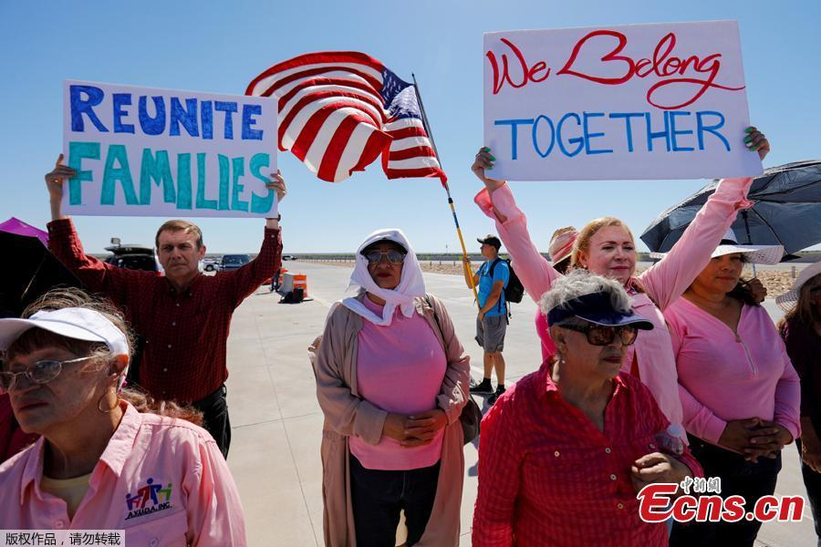 Activists demonstrate as a group of U.S. mayors hold a press conference outside the holding facility for immigrant children in Tornillo, Texas, near the Mexican border, June 21, 2018. About 20 mayors from cities across the country call for the immediate reunification of immigrant children with their families. (Photo/Agencies)