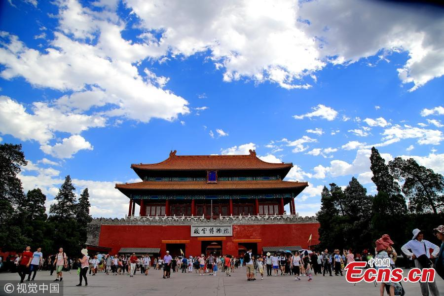 Tourists visit the Palace Museum in Beijing, June, 27, 2018. Beijing saw blue sky as high temperatures grill the city. The heat waves will last six days. (Photo/VCG)