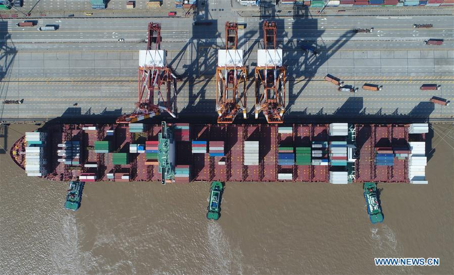 Aerial photo taken on April 23, 2017 shows a container dock of Yangshan Port in Pudong of Shanghai, east China. China announced the opening-up and development of Pudong in 1990. Pudong is expecting to take the opportunity of celebrating the 40th anniversary of China\'s reform and opening-up to continue to spearhead the country\'s reform and development. (Xinhua/Ding Ting)