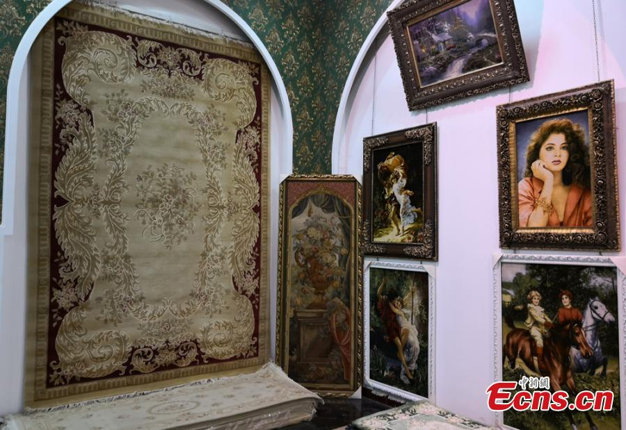 A colorful tapestry is on show in Linxia Hui Autonomous Prefecture, Northwest China\'s Gansu Province. Linxia has a history of nearly 1,000 years making tapestries depicting a broad range of topics, from galloping horses to beautiful landscapes. Usually a tapestry involves dozens of procedures and prices can be as high as 100,000 yuan ($15,000). They also sell well in other counties including the United States, Japan and Germany. (Photo: China News Service/Liu Yutao)