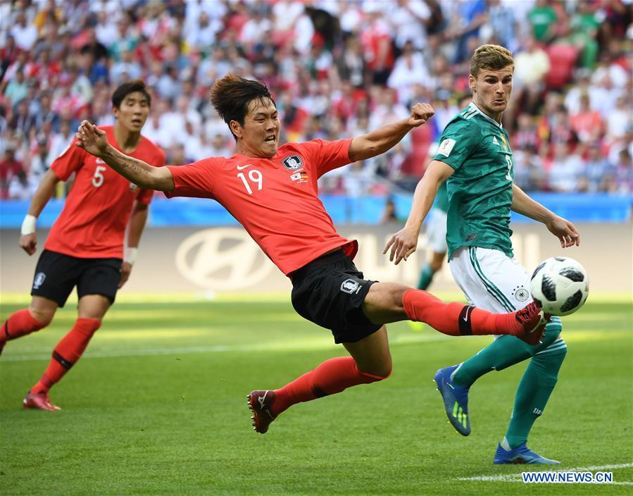 Kim Younggwon (C) of South Korea competes during the 2018 FIFA World Cup Group F match between Germany and South Korea in Kazan, Russia, June 27, 2018. (Xinhua/Li Ga)