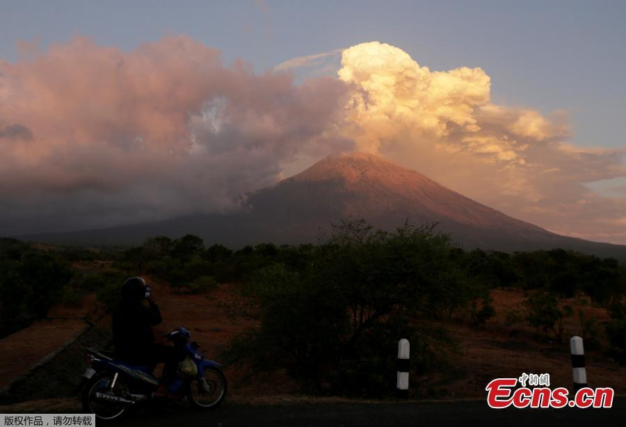Mount Agung volcano erupts during the night, as seen from Datah village, Karangasem Regency in Bali, Indonesia, June 29, 2018. The eruption, which began on Thursday, fired a towering column of ash 2,500 meters into the sky, and reddish flames lit up the volcano\'s crater overnight. (Photo/Agencies)
