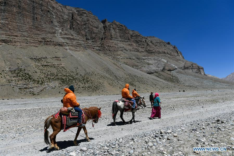 Indian pilgrims make a pilgrimage to Mount Kangrinboqe, a sacred Hindu and Buddhist site, in Ali Prefecture, southwest China\'s Tibet Autonomous Region, June 24, 2018. This year, the Nathu La Pass is expected to see about 500 officially-organized pilgrims from India who will make the 2,874-km pilgrimage, according to Yang Zhigang, deputy director of the office of foreign affairs and overseas Chinese affairs in Xigaze City. (Xinhua/Liu Dongjun)