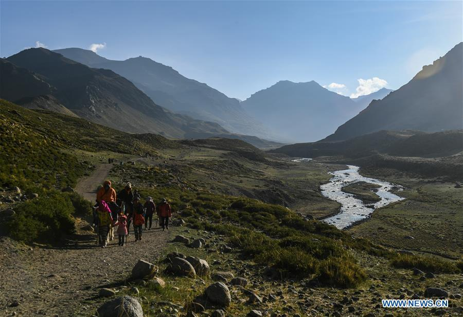 Indian pilgrims make a pilgrimage to Mount Kangrinboqe, a sacred Hindu and Buddhist site, in Ali Prefecture, southwest China\'s Tibet Autonomous Region, June 26, 2018. This year, the Nathu La Pass is expected to see about 500 officially-organized pilgrims from India who will make the 2,874-km pilgrimage, according to Yang Zhigang, deputy director of the office of foreign affairs and overseas Chinese affairs in Xigaze City. (Xinhua/Liu Dongjun)