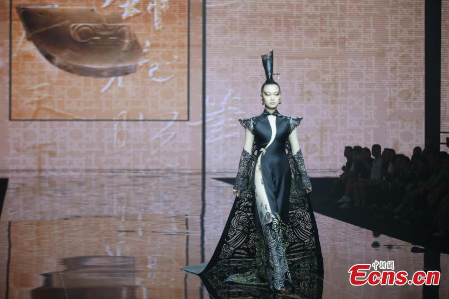 A model presents a creation at the China Fashion Conference in Hangzhou City, East China's Zhejiang Province, June 28, 2018. Nineteen top fashion design award winners from China offered creations inspired by Liangzhu culture, also known as jade culture, named after archeological sites in Liangzhu in the northwestern outskirts of Hangzhou. (Photo: China News Service/Xiong Ran)