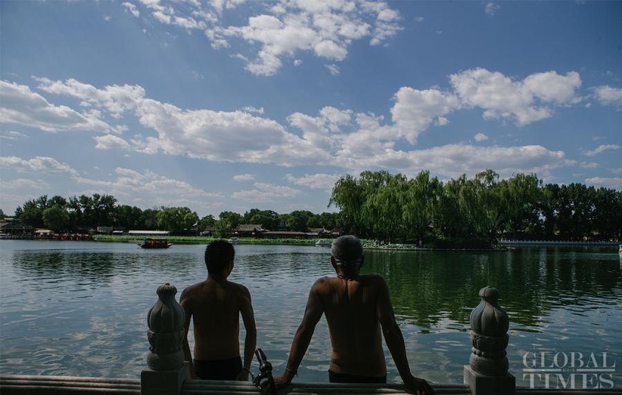 Two men prepare for a swim as temperatures hit 34 degrees in Beijing on Thursday. (Photo: Li Hao/GT)
