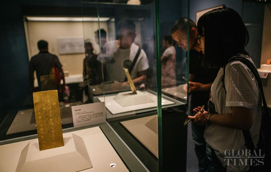 People view records of Zhang Xianzhong\'s harem written in a gold book. (Photo: Li Hao/GT)
