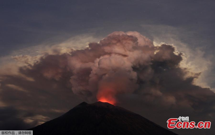 Mount Agung volcano erupts, as seen from Kubu, Karangasem Regency in Bali, Indonesia, June 29, 2018. The eruption, which began on Thursday, fired a towering column of ash 2,500 meters into the sky, and reddish flames lit up the volcano\'s crater overnight. (Photo/Agencies)