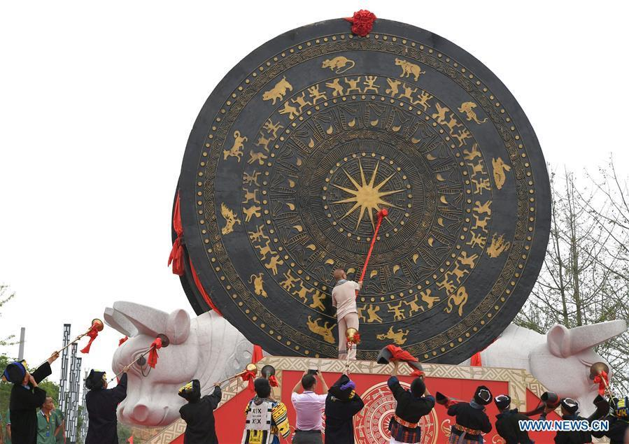 A guest beats a gigantic bronze drum during a celebration in Huanjiang Maonan Autonomous County, south China\'s Guangxi Zhuang Autonomous Region, June 29, 2018. The drum measures 6.68 meters in diameter and weighs 50 tons. It was recognized as the largest bronze drum by Guinness World Records. (Xinhua/Zhou Hua)